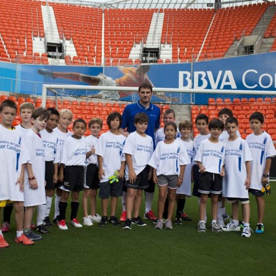 Iker-Casillas-muestra-solidario-Houston_496761023_64980756_1537x1024