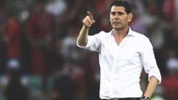 Fernando Hierro señalando