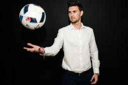 Sesión de fotos para Víctor Cea para 380amk posando con balón de fútbol