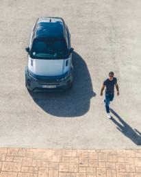 Luis Figo andando hacia el Land Rover